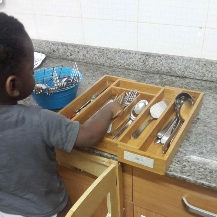 Sorting dry cutlery